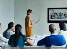 reunion-conference-visionconference-quels-avantages-atouts-salle-reunion-equipe-ecran-travail-business