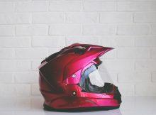 Casque moto rouge sur fond blanc