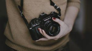 Femme qui tient un appareil photo
