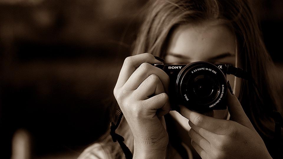 Femme qui prend une photo avec un appareil photo