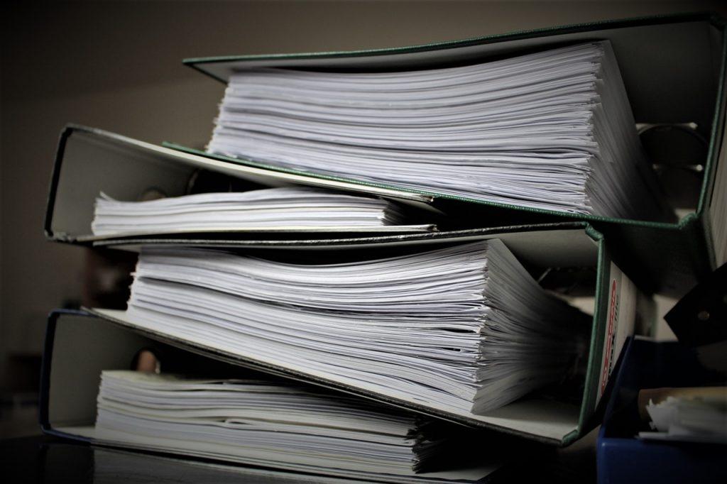 Pile de documents classés dans des dossiers