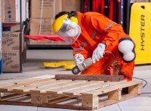 Un ouvrier protant des EPI qui travaille avec une scie sauteuse