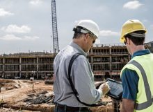 Une tablette durcie industrielle sur un chantier de construction
