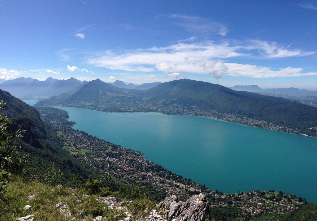 Lac d'Annecy et montagnes vus d'en haut