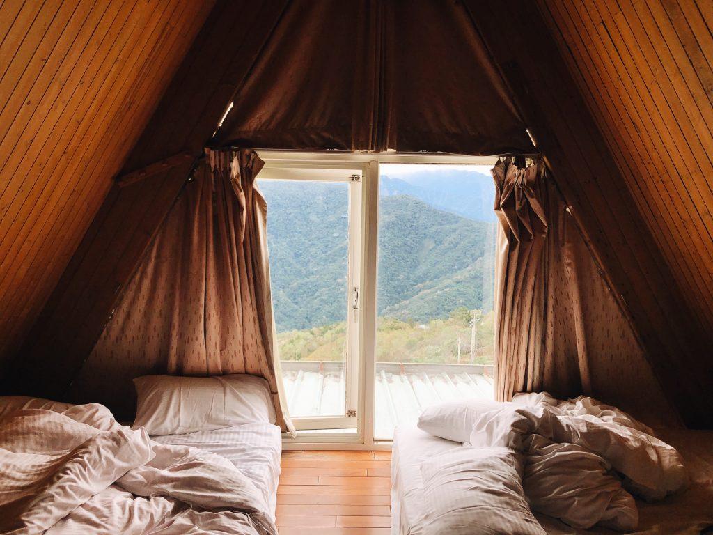 Combles aménagés en chambre avec baie vitrée