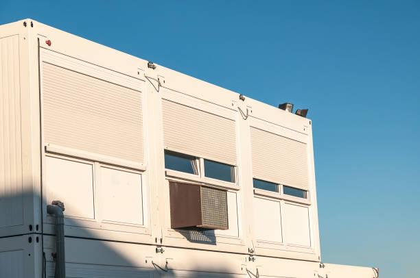 Bâtiments préfabriqués à étage avec grandes fenêtres