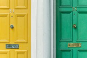 Portes d'entrée jaune et verte côte à côte