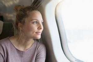 voyage-avion-jeune-fille-hublot-sourire