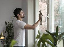 Homme qui lave une vitre