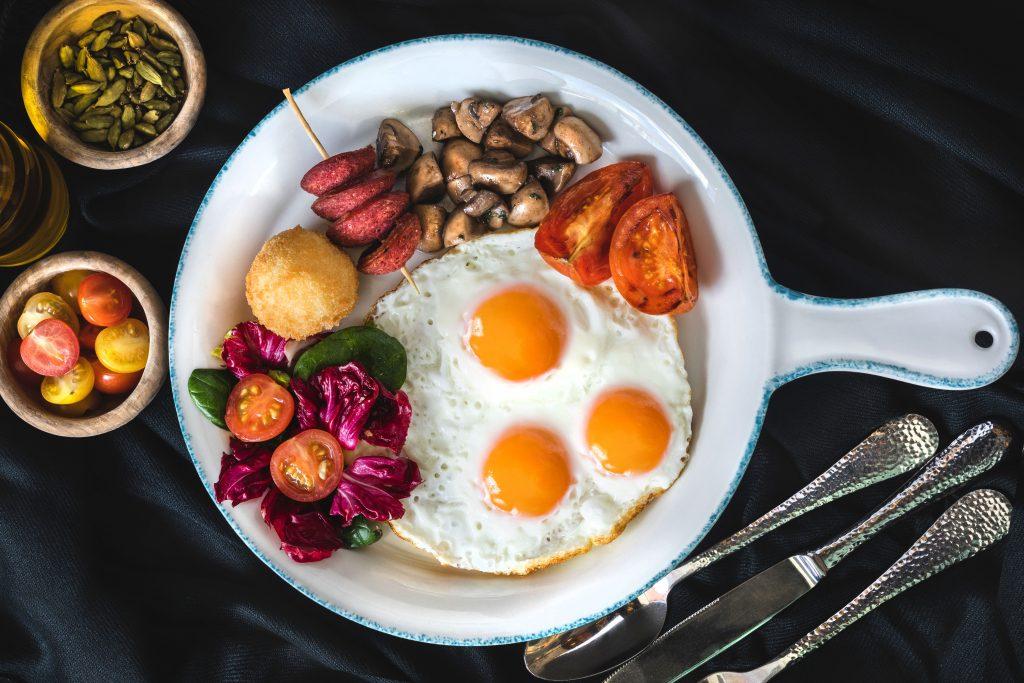 Bol petit-déjeuner avec oeufs vu de haut