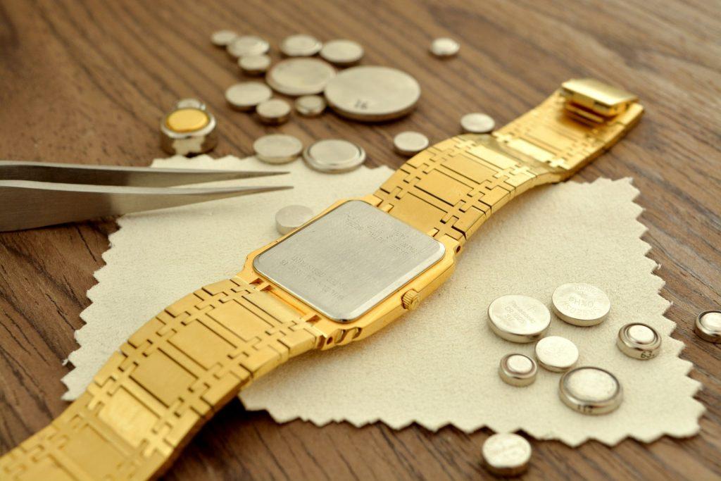 Bijoutier qui change la batterie d'une montre