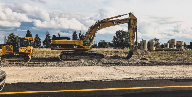 une pelleteuse jaune sur un chantier routier