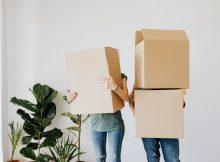 deux personnes qui tiennent des cartons