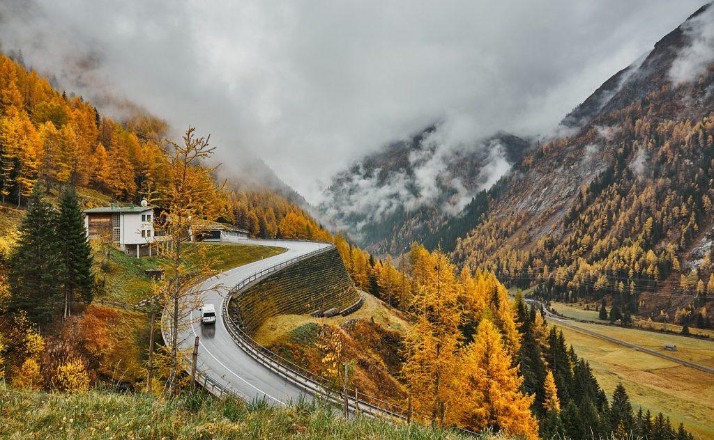 camionnette blanche sur une route de montagne
