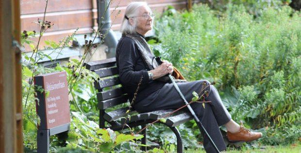 grand mère sur un banc